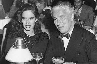 """Charlie Chaplin com a mulher, Oona O'Neill, na primeira aparição  pública juntos, em Mocambo, em 1943; ator """"roubou"""" mulher de  Salinger"""