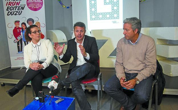 En el Gazteleku. Mónica Martínez, José Antonio Santano y Pedro Alegre, en Martindozenea, donde tendrá lugar el encuentro. / F. DE LA HERA