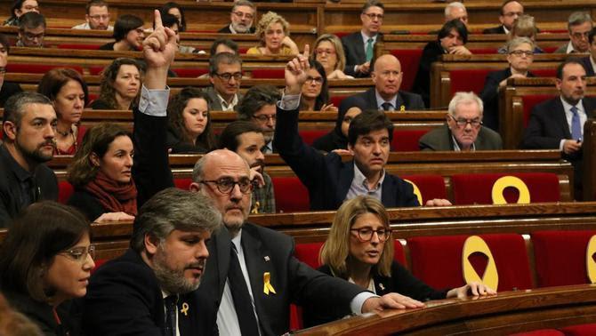 Eduard Pujol dona indicacions en una votació de Junts per Catalunya al Parlament