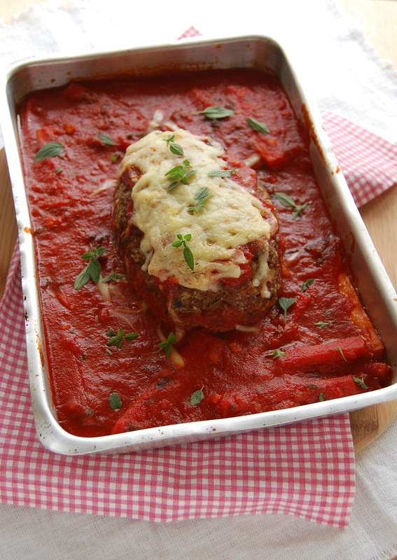 Beef meatloaf with spaghetti sauce / Bolo de carne com molho de tomate e espaguete