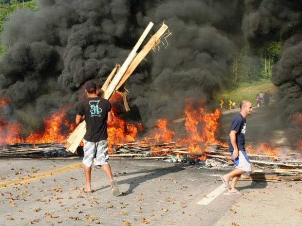 Manifestantes colocaram fogo em pedaços de madeira e pneus, na BR-262 (Foto: Leandro Fidelis/ VC no ESTV)