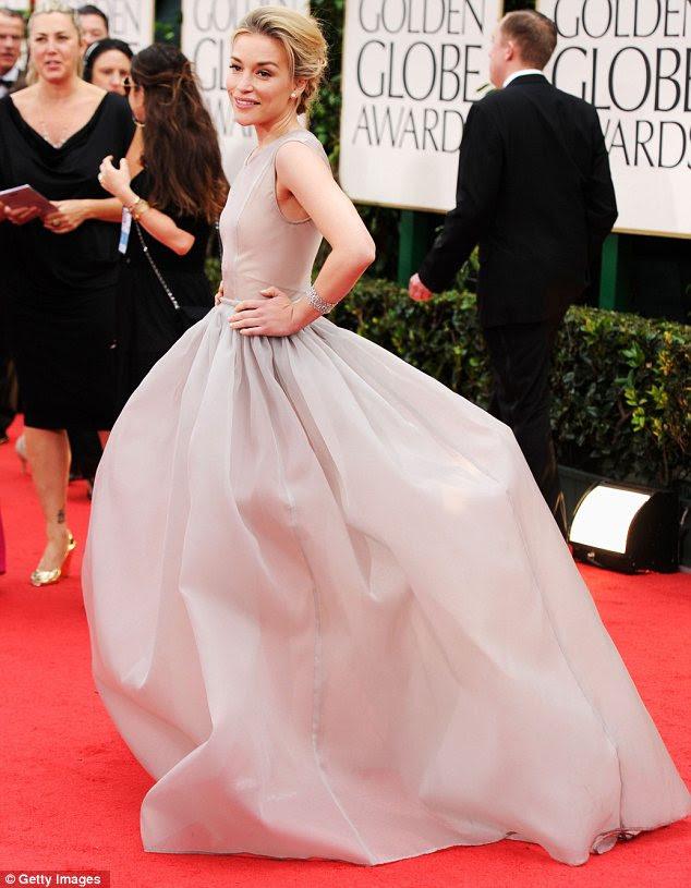 Encorpado: Piper Perabo optou por um vestido cheio dramática contornou o que fez para uma entrada dramática