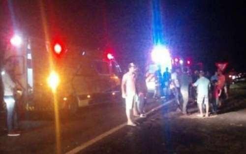 Jovens ficam feridos em capotamento na BR 376