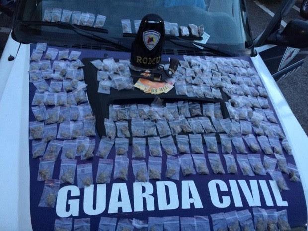 Arma e drogas foram encontradas com adolescente (Foto: GCM/Divulgação)