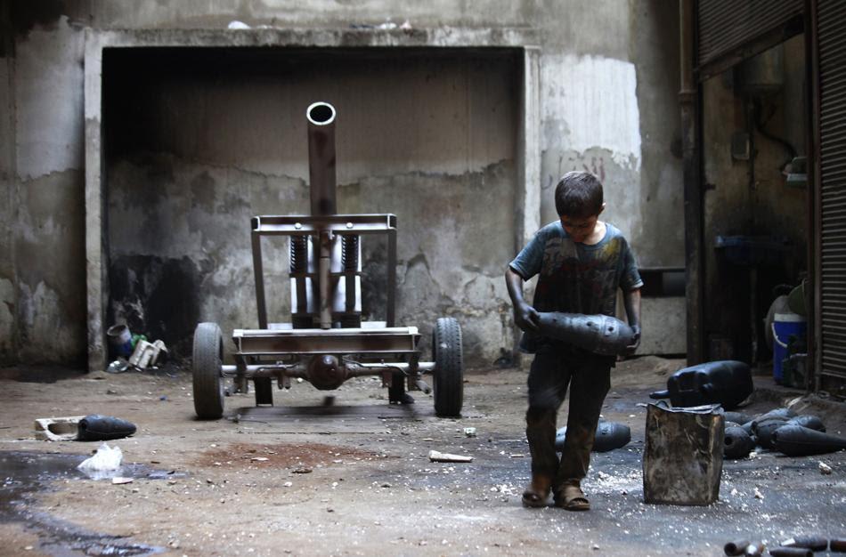 Δεκάχρονος εργάζεται σε εργοστάσιο όπλων για τον Απελευθερωτικό Στρατό της Συρίας (REUTERS / Hamid Khatib)