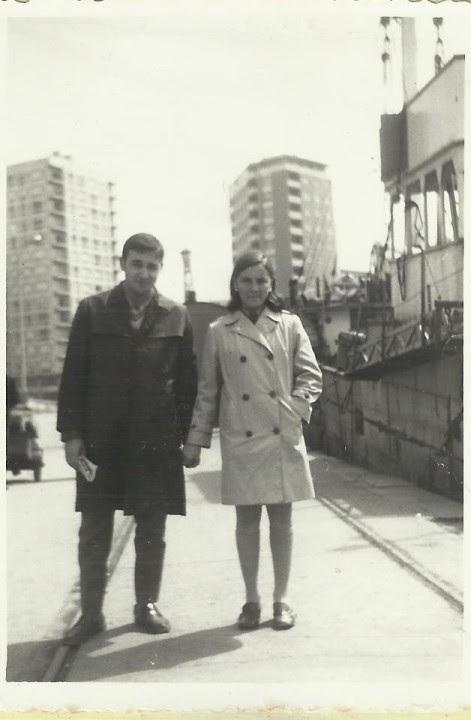 Felix y su mujer al lado del barco