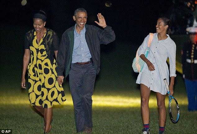 Decisões difíceis: o presidente Barack Obama ea primeira-dama Michelle Obama, volte para a Casa Branca com sua filha Malia no domingo, depois de suas férias em Martha Vineyard. O presidente disse estar ponderando ataques aéreos dentro da Síria contra posições ISIS