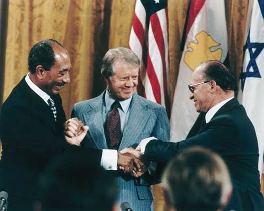 La firma degli accordi di Camp David. Da sinistra: Anwar Sadat, Jimmy Carter e Menachem Begin.