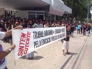 Categoria usou faixas durante o protesto (Foto: Walter Paparazzo/G1)
