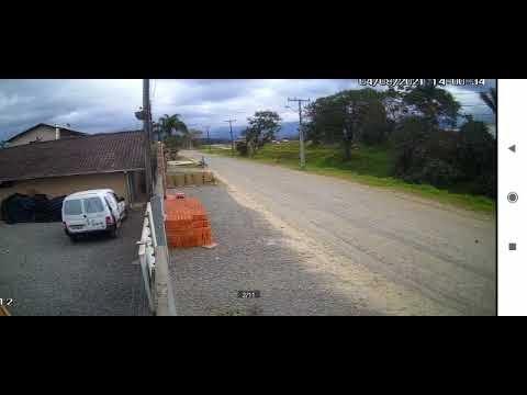 Câmera flagra homem furtando portão de quase 3 metros e foge com ele de bicicleta; VÍDEO