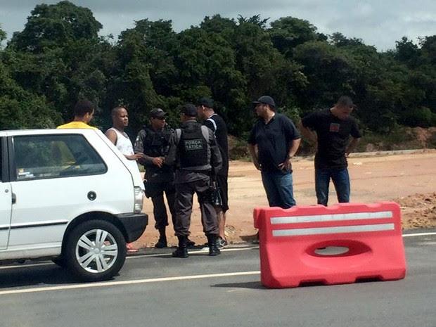 Torcedores do Corinthians foram detidos pela PM quando tentavam deixar o Aeroporto Internacional Aluízio Alves, na Grande Natal (Foto: Alexandre Mulatinho)