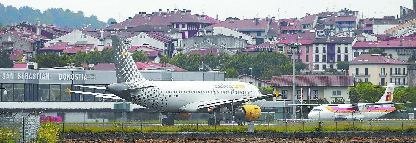 Un avión aterriza en la pista del aeropuerto de Hondarribia, donde las inclemencias meteorológicas y la baja del sistema de radioayuda han obligado a desviar numerosos vuelos./LUSA