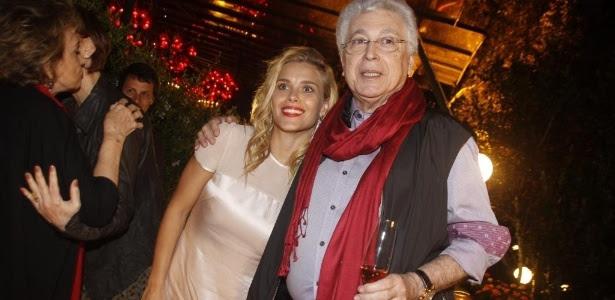 """Carolina Dieckmann e Aguinaldo Silva se abraçam em festa de encerramento de """"Fina Estampa"""". Atriz será vilã em """"Super Crô"""""""