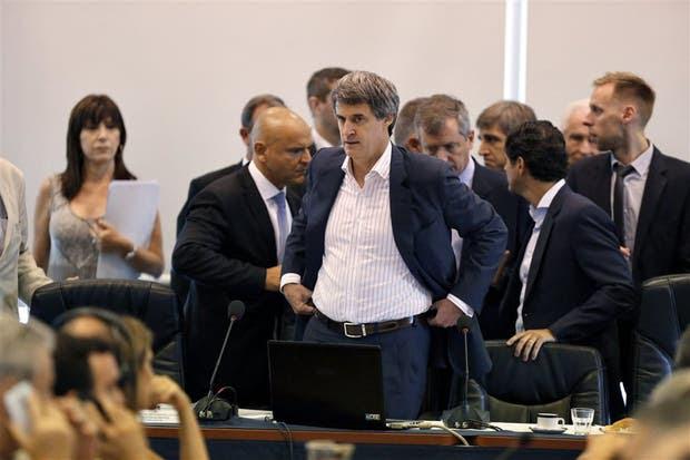 Prat-Gay al ingresar ayer a la reunión de las comisiones de Presupuesto y de Finanzas de Diputados