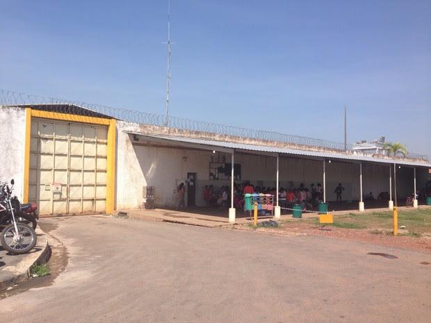 Familiares foram até a PCE sem saber que visita foi cancelada. (Foto: Gesseca Ronfim/TVCA)