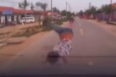 Resultado de imagem para criança é atropelada por veiculo