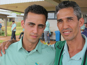 Anivaldo Nunes dos Santos e o filho Maycon são colegas de trabalho (Foto: Darlan Alvarenga/G1)
