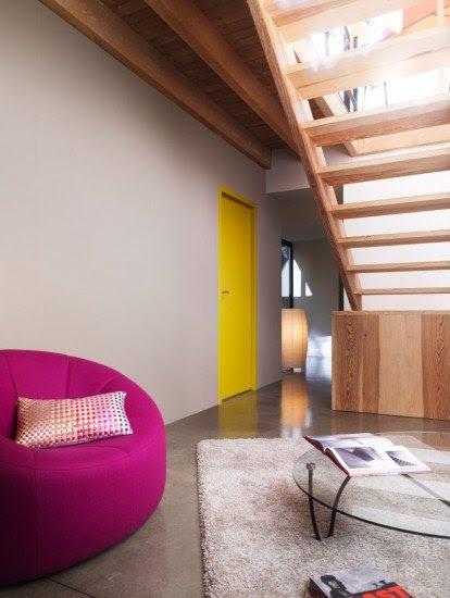 Decora los pasillos del hogar con un espejo, una alfombra o algún mueble auxiliar