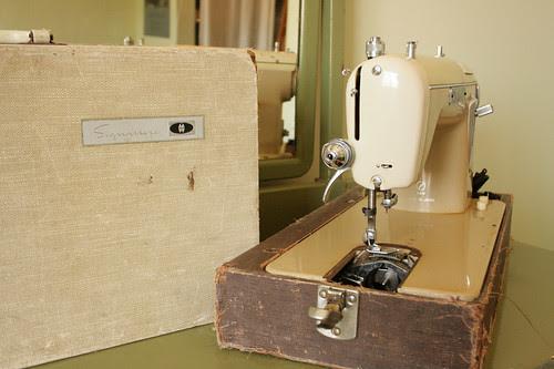 Montgomery Ward Signature Sewing Machine URR 251