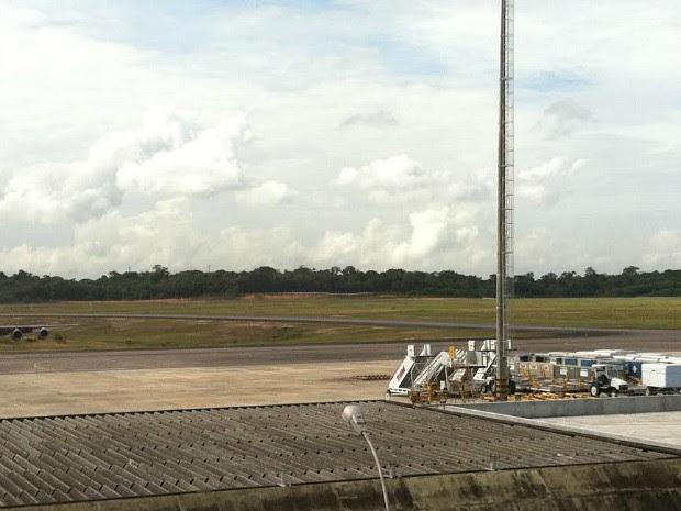 Avião pousou em Manaus na madrugada desta segunda-feira (Foto: Girlene Medeiros/G1 AM)