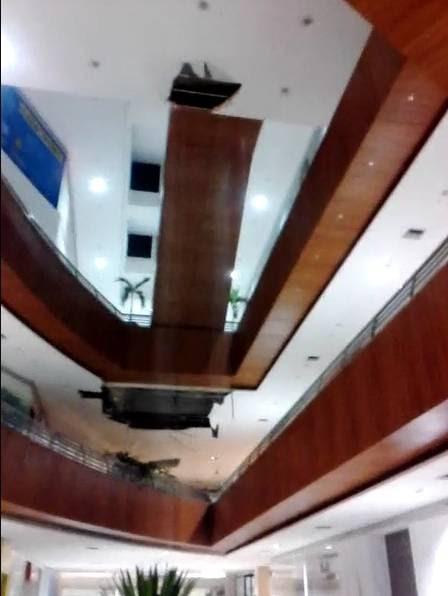 Parte do forro do teto do Shopping Partage, no Centro de São Gonçalo, caiu