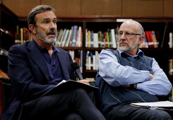 Joaquín Müller-Thyssen (iz) y Daniel Samper participan en el conversatorio «El lenguaje nuestro de cada día: la prensa y sus manías». Foto: ©Efe/Leonardo Muñoz