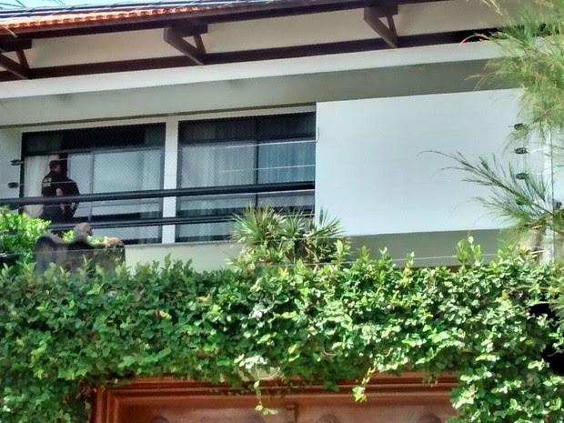 Policial federal na varanda da casa do deputado Sergio Machado, em Fortaleza (Foto: Giioras Xerez/G1)