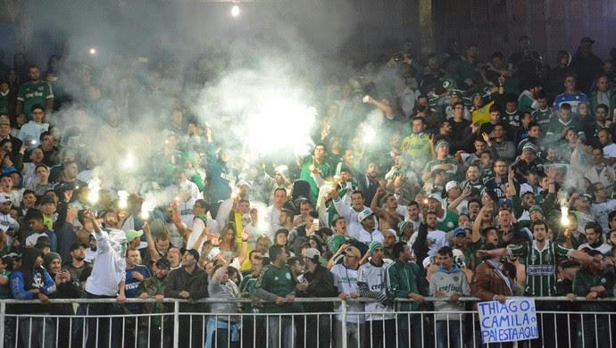 Sinalizadores Coritiba x Palmeiras (Foto: Ernani Ogata/Código 19/Estadão Conteúdo)
