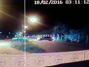 Ao perceber blitz, motorista tentou fugir pela contramão (Foto: Reprodução/Lei Seca)