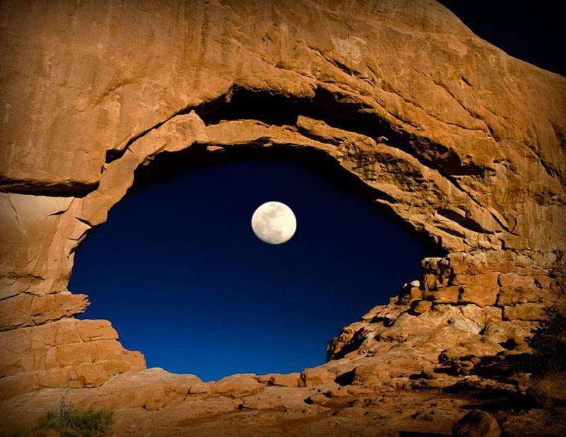 the-moon-through-north-window-καμάρες-national-park-Utah-united-μέλη