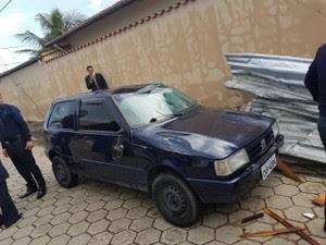Telhas atingiram carro que estava na via; ninguém ficou ferido (Foto: Arquivo Pessoal/Everson Royal)