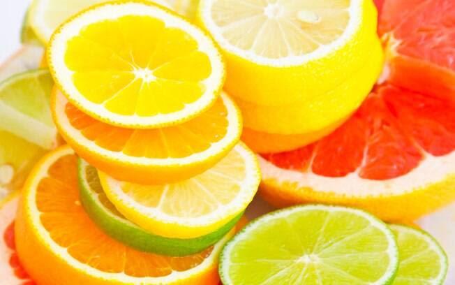 Laranja, limão e outras frutas cítricas: são ricas em fibras solúveis e ainda contêm altas doses de vitamina C, uma dupla poderosa contra o colesterol alto. Foto: Getty Images