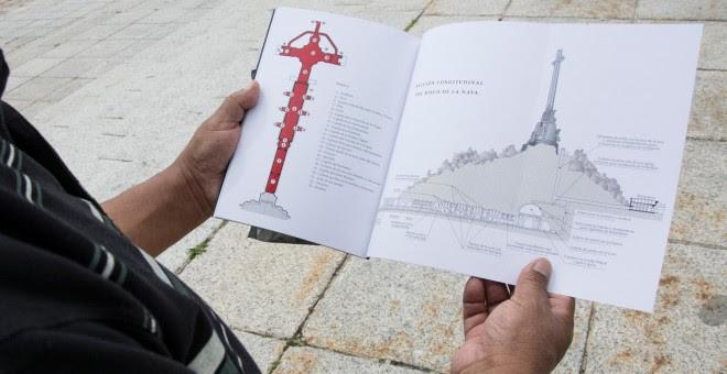 Un turista, en el Valle de los Caídos. / J. GÓMEZ