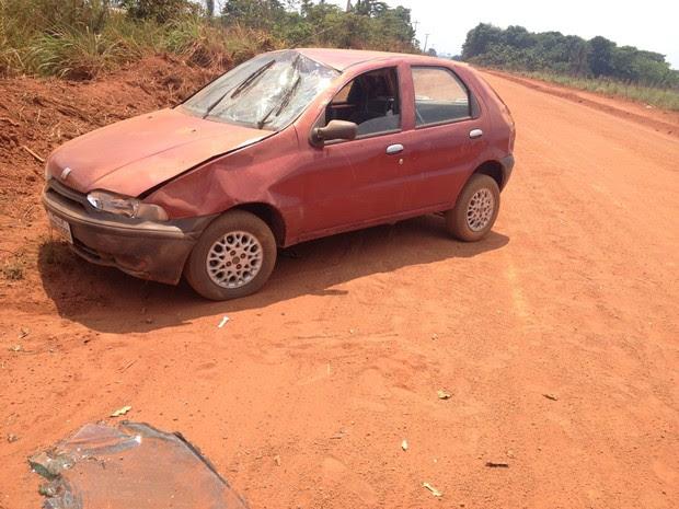 Após capotar, carro caiu com as rodas fixas na estrada rural (Foto: Júnior Freitas/ G1)