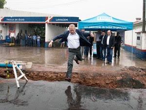 Tarso Genro salta por rede de água em construção no município de Taquari (Foto: Caco Argemi/Palácio Piratini)