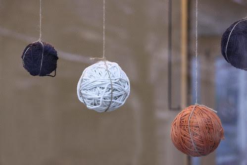 Wollknäuel-Weihnachtskugel im Schaufenster von Making Things in Zürich