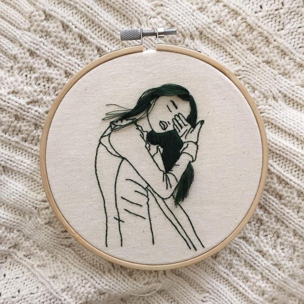 Artista borda retratos de mulheres com cabelos que saltam da tela 10