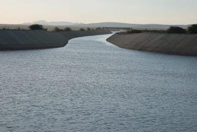 Água do Rio São Francisco está a 53 km de Monteiro.