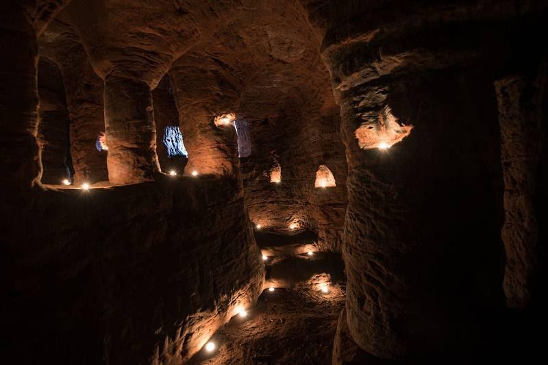 ESCALONES. Así es la salida desde el interior de las cuevas.
