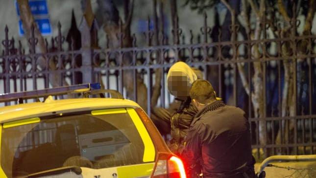 Här griper polisen en av tre män misstänkta för grovt vapenbrott – mindre än ett dygn efter attacken utanför en krog på Vårväderstorget i Biskopsgården