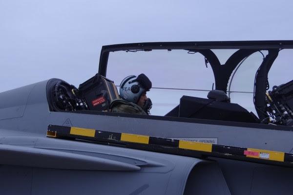 El capitán Fórneas en la parte trasera de la góndola Gripen. (Foto: Agencia a través de la Fuerza Aérea)