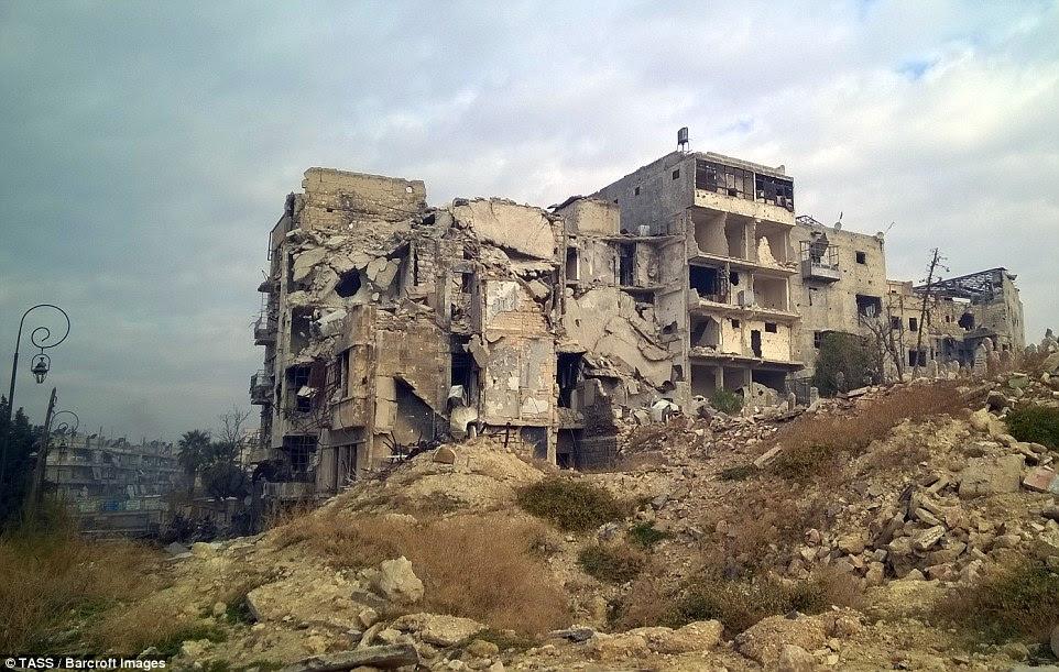 mulheres aterrorizadas em Aleppo começaram a se matar para escapar de ser estuprada por soldados de Assad após o cessar-fogo sírio entrou em colapso, que tem sido afirmado.  As fotos mostram como os edifícios foram reduzidos a ruínas