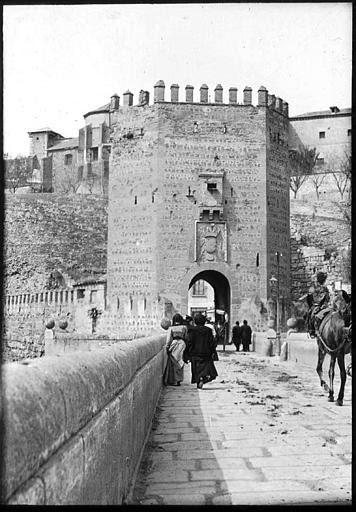 Puente de Alcántara en 1907. Fotografía de Roy Lucien. Société Française d'Archéologie et Ministère de la Culture (France), Médiathèque de l'architecture et du patrimoine (archives photographiques) diffusion RMN