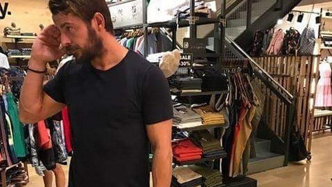 Ο Γιώργος Αγγελόπουλος αλλάζει ρούχα στο δοκιμαστήριο και οι πωλήτριες λιώνουν…