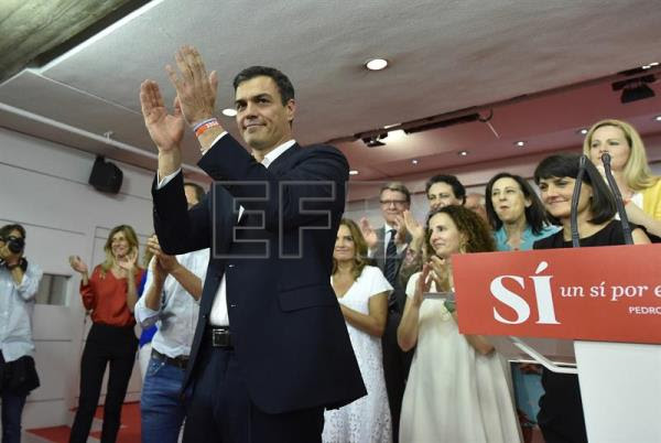 Socialist Party leader, Pedro Sánchez (c), during his press conference after hearing the results of Spain's general election held Sunday June 26. The centre-right Popular Party ended the night with a win but again failed to secure a parliamentary majority.  EFE/Fernando Villar