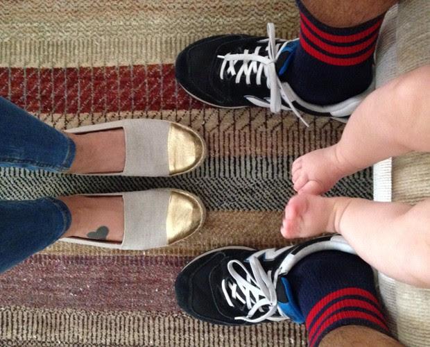 Em família! Flávia Rubim, marido Thiago e Cora em foto criativa dos pés (Foto: Arquivo Pessoal)