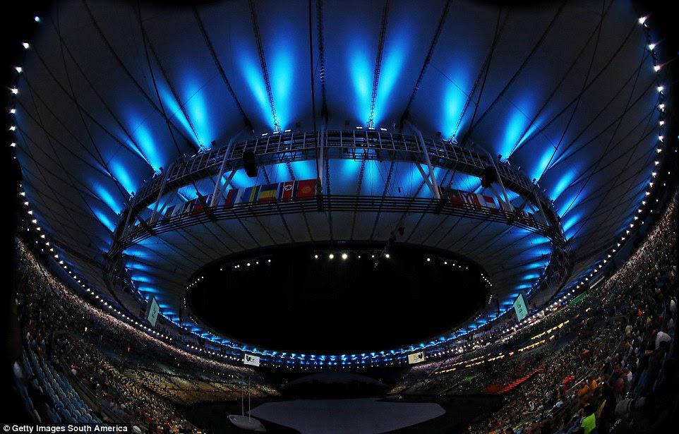 O estádio de 80.000 lugares foi inferior a dois terços cheia, quando as luzes se apagaram na sexta-feira à noite