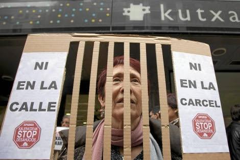 Concentracion frente a la sucursal de Kutxabank de STOP Deshaucios. | Jon Corostola