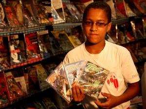 Alan Cardoso na gibiteca da ONG Fundação Casa Grande (Foto: Fundação Casa Grande/Divulgação)