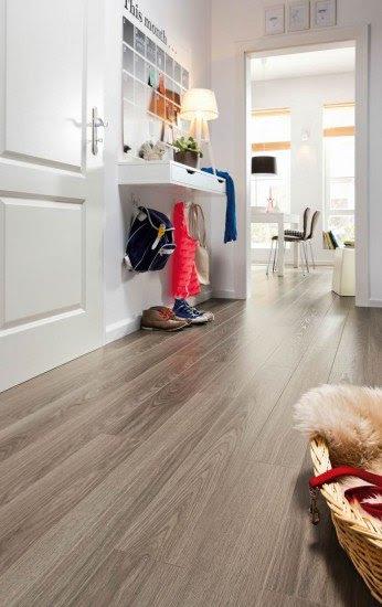 Los suelos de madera con lamas muy largas crean un efecto de profundidad en los pasillos